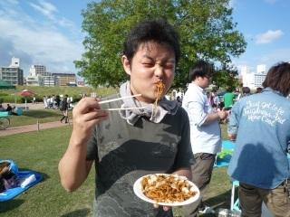 やきそば食べる人_2.JPG